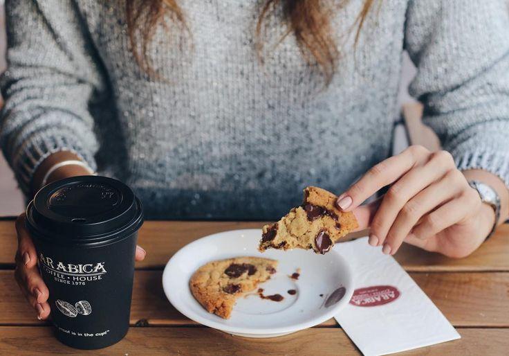 """168 Beğenme, 2 Yorum - Instagram'da Arabica Coffee House Türkiye (@arabicaturkiye): """"Cumayı ödüllendirme zamanı 👍🏼 Ilık, çikolata parçalı kurabiyeler taptaze ve sizlerle 😍 Biz yanına…"""""""