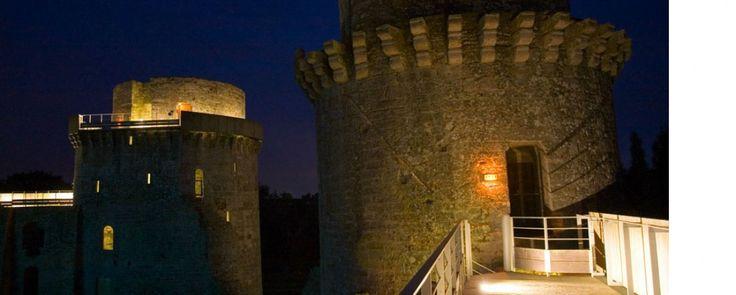 Bivouac au château de la Hunaudaye Si vous êtes en Bretagne ou pas très loin, voici une expérience rare et unique à tenter au mois de juillet : une nuit à la belle étoile au château, précédée d'une visite nocturne.
