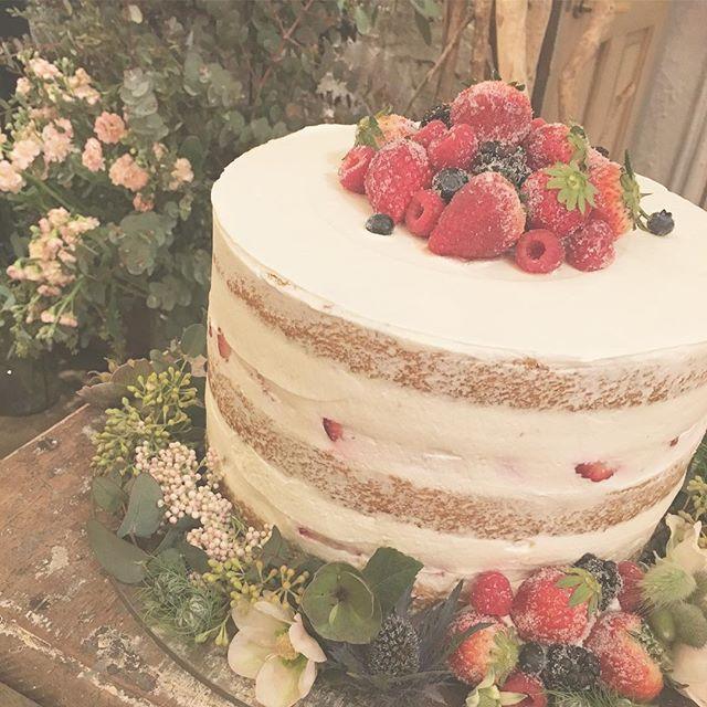 *AUTHENTIC on your mark* rukiさんらしい、欲張りすぎない 1段のウェディングケーキ。 きれいめなネイキッドケーキに いちごを中心としたミックスベリーに グラニュー糖をまぶして 少しドライっぽい印象に #TRUNKBYSHOTOGALLERY #weddingtbt #weddingphoto #フォト #ウェディングケーキ #ケーキ入刀 #ファーストバイト #ドライフルーツ #ミックスベリー #いちごケーキ #ネイキッドケーキ #ウェディング #ウェディングドレス #前撮り #後撮り #プレ花嫁 #卒花 #卒花嫁 #ウェディングレポ #ウェディングプランナー #ウェディング準備 #プロポーズ #ゼクシィ #ナチュラルウェディング #ガーデンウェディング #ナイトウェディング #2017春婚 #2017秋婚 #ユーカリ #ドライフラワー