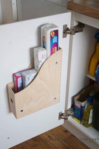 IKEAのファイルボックスをキッチン扉に取付けてしまった例。ナチュラルな雰囲気もあって、ラップやアルミホイルなどの立てて収納するのにピッタリです。