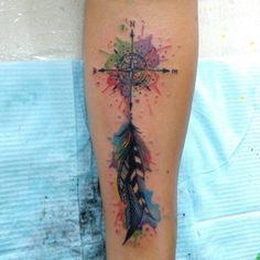 Una pequeña rosa de los vientos, coloreada con manchas de diferentes tonos, la cual ha sido dibujada por el tatuadorPablo Días Gordoa del estudio SoyFeliz