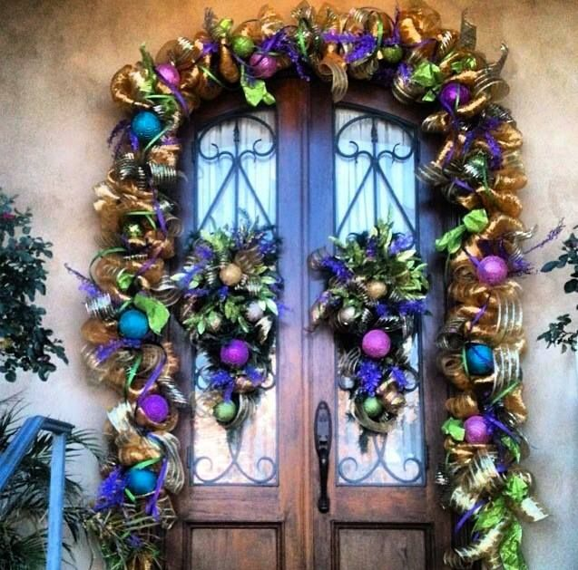 Here S Another Beautiful Mardi Gras Design Love The Custom Garland And Wreaths On These Wood