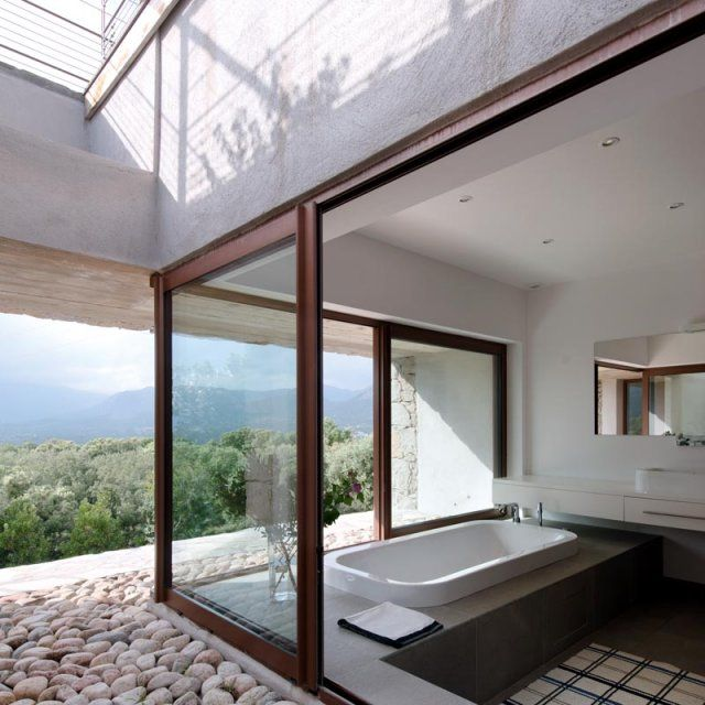 Une cube en verre pour salle de bain d'extérieur