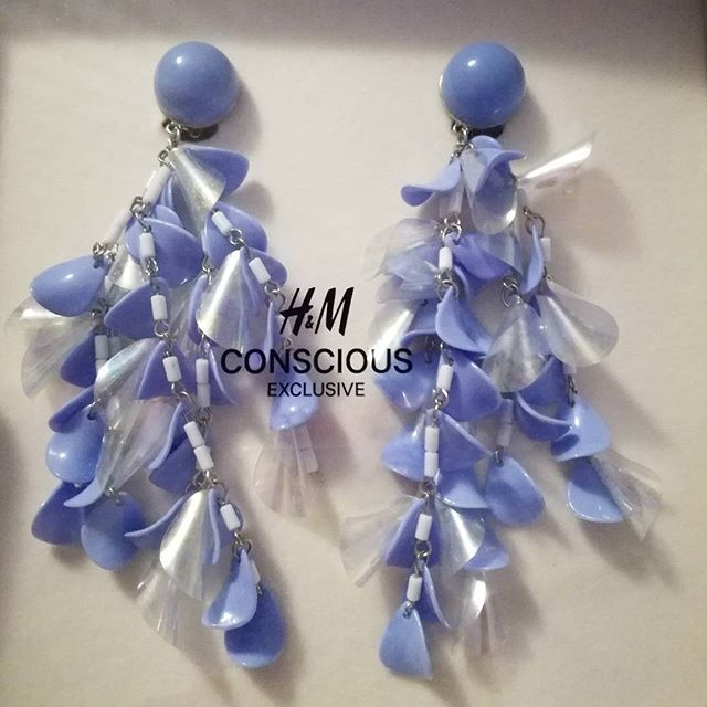 Το νέο μας απόκτημα απο την H&M Conscious Exclusive Collection !!! From plastic & glass waste to beautiful earrings ! 🎆  Σκουλαρίκια απο ανακυκλώσιμα γυαλιά και πλαστικά παραλίας!✨  #hmconsciousexclusive #hm #hmgreece #conscious #stylish #fashionista #athens #fashionshow #unique #earrings #recycled #protection #environment #blue #jewelryoftheday #jewellery #plastic #glass #exclusive #collection #fashionstyle #instafashion #instashare #instagood #picoftheday #style #fashionbloggers #zkstyle