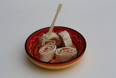 Het meest bekende borrelhapje met wraps: wraps met zalm en roomkaas. Lekker simpel recept maar het ziet er schitterend uit en het smaakt heerlijk. Perfect als borrelhapje te gebruiken maar ook heerlijk bij een groene salade.
