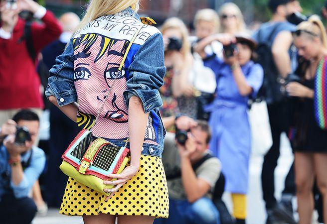 Muito presente no street style das semanas de moda internacionais, o estilo  fashion criativo brinca com elementos da moda para criar sua própria  identidade.  A mulher deste estilo é original e investe em mais de uma peça com mistura  de estampas, de cores e acessórios marcantes e divertido , que descombinam  e combinam com a produção ao mesmo tempo. Para quem gosta de fugir do  básico, sempre com looks inusitados.  Imagens: Reprodução/ Pinterest