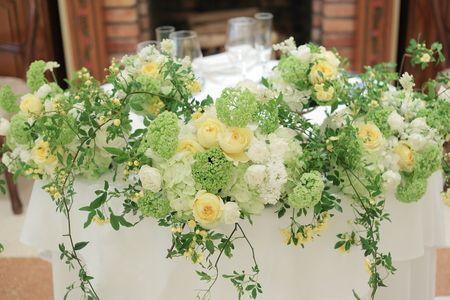 初夏の装花 リストランテASO様へ 白と緑に黄色の花を挿し色に モッコウバラとトワレモン : 一会 ウエディングの花