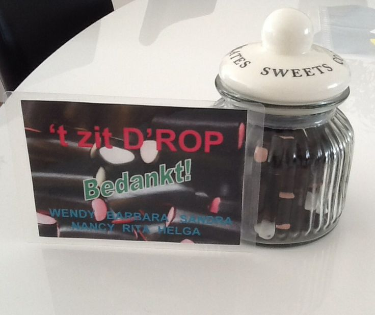 Gemaakt voor collega die afscheid neemt: glazen pot gevuld met drop-mix en bijpassende kaart.
