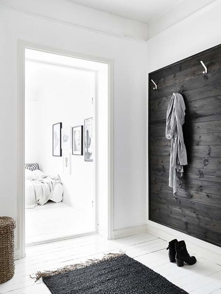 Эта однокомнатная квартира, расположенная в Стокгольме, Швеция, вобрала в себя все необходимые элементы комфортной жизни. Функционально спланированная квартира имеет почти 36 квадратных метров жилой площади, на которой удобно расположились гостиная, спальня, кухня, столовая, ванная комната и даже домашний офис