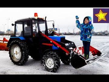 """Про трактор. Синий трактор гоняет по снегу Видео для детей  Kids video about tractor http://video-kid.com/20509-pro-traktor-sinii-traktor-gonjaet-po-snegu-video-dlja-detei-kids-video-about-tractor.html  Привет, ребята! В этой серии Игорюша смотрит, как тракторы убирают снег. Некоторые тракторы очень быстро ездят. Мы насчитали три синих трактора """"Беларус"""" Спецтехника в работе ******************************************************Спасибо большое за просмотр, нашего канала!Thanks а lot for…"""