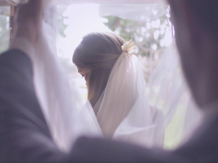 Perleťová korunka do vlasů. S připnutým závojem může krásně doplnit svatební šaty. #romantika #svatba #sebies