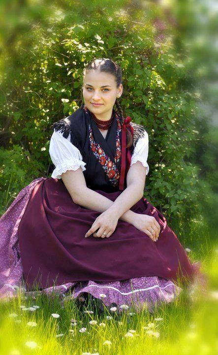 Hungarian girl in traditional dress. Egy meseszép magyar leány.