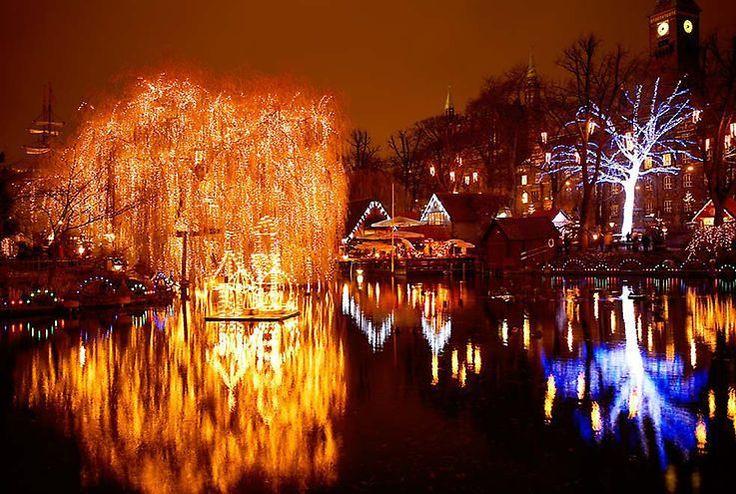 NAVIDAD EN COPENHAGUE  El mercado navideño de Tivoli reúne en los jardines de este famoso parque de atracciones pueblos en miniatura con tiendas llenas de regalos y artículos de Navidad árboles iluminados el lago transformado en una pista de patinaje sobre hielo y este año con una zona decorada como un cuento de hadas ruso.