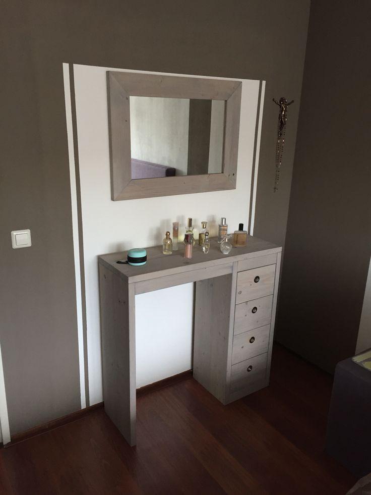Steigerhout dressoir met 4 lades. Met bijpassende spiegel. Uitvoering grey wash.