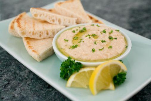 Data l'ambientazione in Medio Oriente, per Homeland la ricetta ideale è l'hummus accompagnato dalla pita, il tradizionale pane arabo, Ingredienti: 250g di ceci già cotti,100g di tahini (salsa di sesamo), 60ml di succo di limone spremuto fresc, 30ml di olio extravergine di oliva, 1 pizzico di sale. Preparazione: preparate l'hummus: nel bicchiere di un frullatore unite il succo di limone, i ceci, la salsa di sesamo e il sale. Frullate fino a ottenere una crema, aggiungendo se necessario 1 o 2…