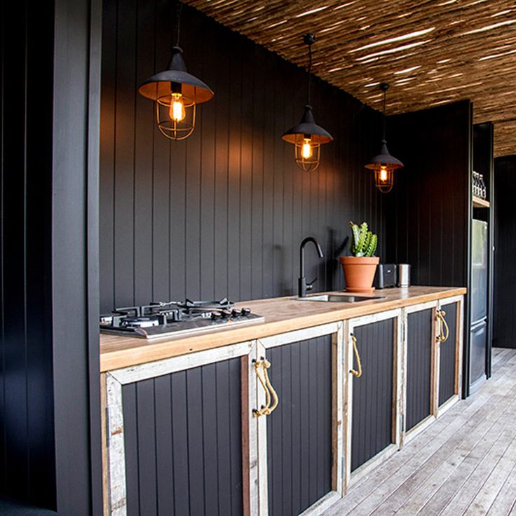 Buitenkeuken zwart met hout en sfeerlantaarns