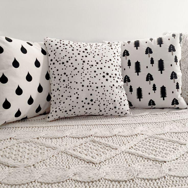 ALMOHADONES PATTERN. Lona de algodon color crudo. Estampado con serigrafia en color negro. Medidas: 30 x 30 cm/ 40 x 40 cm. Funda + relleno.