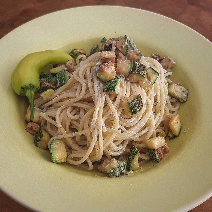 Spaghetti con calabacín en crema de chile Xcatic  Para 500 gr. de espagueti los ingredientes son: 2 calabacin italianas (zucchine)  4 chiles Xcatic  1 diente de ajo 1/4 de cebolla chiquita 1/2 bloque de tofu soft 1 cucharada de aceite de olivo extra virgen  Sal y pimienta al gusto  Preparación: Lavar y cortar los calabacín en cubitos chiquitos y saltearlos con ajo y aceite de olivo en un sarten hasta que queden quemaditos.  Para la crema lavar abrir y quitar las semillas a los chiles Xcatic…