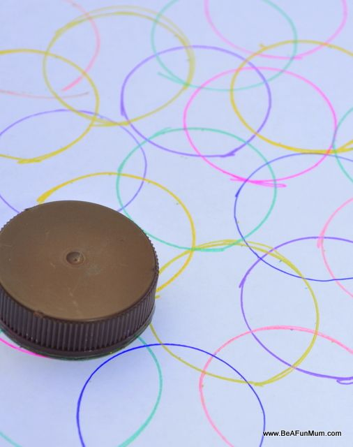 Easy drawing idea --Use a bottle caps of different sizes to make circle art.make sure they over-lap!!