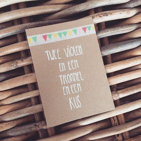 Twee violen en een trommel en een kus! #verjaardag #happybirthday #kaart #post #postisveelleuker #verjaardagskaart #kraft #vieren #feest #slingers #vlaggetjes #riet #mand #jarig #maskingtape #washitape #tape #card #lievigheidje #kraft #handmade