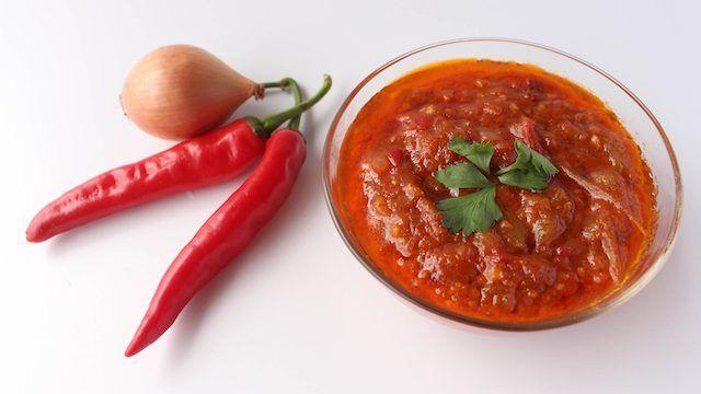 旅先で食べたおいしいご飯は、いつまでも記憶に残るもの。思い出の味を再現できたら、毎日の食卓がもっと楽しくなりそうです。先日訪れたバリ島で、「サンバル・トマト」というチリソースに出合いました。スパイスが香る温かいトマトソースで、バリ島の人々の