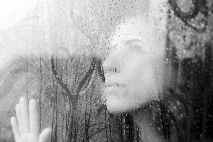 3 důvody, proč nás srdce drží ve vztazích, které nám ubližují