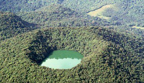 """Volcán Chato , a veces llamado """" Cerro Chato """" , es un volcán inactivo en el noroeste de Costa Rica al noroeste de San José , en la provincia de Alajuela , cantón de San Carlos , y el distrito de La Fortuna ."""