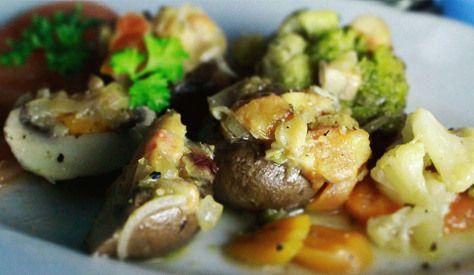 Champignons gefüllt mit Zwiebeln, Knoblauch, Tomaten und Pilzen / Pilzcreme
