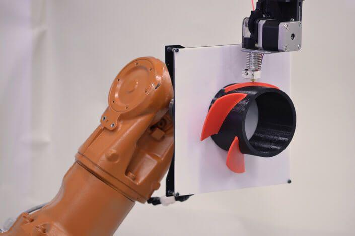 Die Technische Hochschule Köln hat gemeinsam mit einem lokalen Unternehmen ein Konzept für einen mehrachsigen 3D-Drucker entwickelt, der sowohl fast ohne Stützstrukturen drucken kann als auch bis zu 80 Prozent der Fertigungszeit einspart. Ein Prototyp soll noch in diesem Monat vorgestellt werden.
