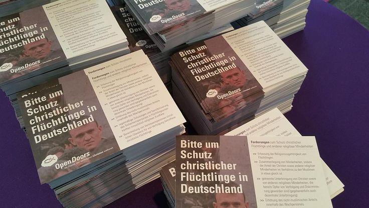 """Die Bitte um Schutz christlicher Flüchtlinge in deutschen Asylheimen ● Markus Rode (Leiter Open Doors Deutschland): """"Es kann nicht sein, dass christliche Flüchtlinge – seien sie nun Christen traditioneller Kirchen oder Konvertiten aus dem Islam – in Flüchtlingsunterkünften nicht wagen, ihren Glauben zu zeigen, indem sie beispielsweise die Bibel lesen oder ein Kreuz an der Halskette tragen."""" ● Postkarten-Schreibaktion an Angela #Merkel"""