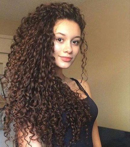 Todo mundo sabe que o cabelo cacheado já é uma tendência, porque além de ser muito bonito deixam um brilho lindo