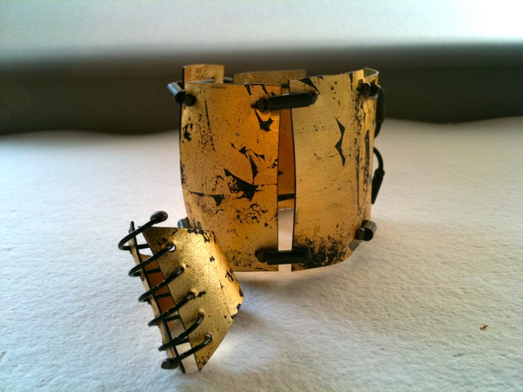 Kikis Alamo-art works-. Bracelet, ring. Plastic, paper gold, metal wire.