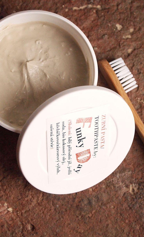 Zubní pasta Funky Natural Přírodní zubní pasta je vyrobena z vybraných přísad do ideální kompozice pro přirozené čištění zubů bez chemie, kterou obsahují fluorové zubní pasty. Můžete se těšit na zcela naturální chuť pasty, která je mírně kořeněná mírně slaná a bez pěnidel.. Základem pasty je bio kokosový olej, přírodní bílý jíl, který Vám pomůže ...