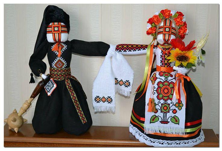 """Парна лялька-мотанка на одній спільній довгій руці, що є символом вірності, злагоди та єдності в парі. В народі таку ляльку називають """"Нерозлучники"""". Виготовила майстриня Валентина Васильєва (м. Миколаїв). ,from Iryna"""