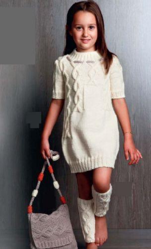 Белое платье, гетры и сумка для девочки, вязаные спицами