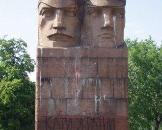 У Києві зносять пам`ятник чекістам (відео).