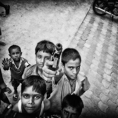 """La exposición """"Indian Palabras"""", del español Rafa Gassó, fue inaugurada en Nueva Delhi con imágenes de santones, monos saltando entre edificios y la charla de hombres en una peluquería callejera, entre otras fotos capturadas con un teléfono móvil."""