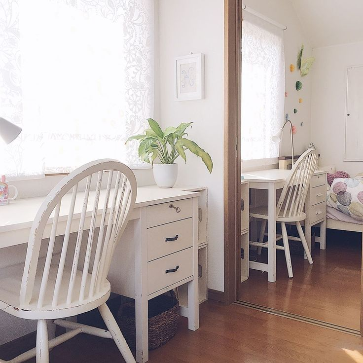 白い上品なレースカーテンなので、観葉植物がよく映えますね❤️机や椅子のアンティーク感もまた素敵です✨  @asamiiimasaさんの素敵な1枚です♪  -----------------------  びっくりカーテンでは窓に関するみなさまのお部屋の素敵な写真をご紹介しています?  ぜひ #カーテンライフ のタグをつけて投稿してみてくださいね!  -----------------------  #お家 #家づくり #マイホーム計画 #こだわりの家 #引っ越し #引越し準備 #お部屋 #マイルーム #リビングダイニング #リビングインテリア #玄関 #インテリアコーディネート #模様替え #マンション #マンションライフ #マンション暮らし #マンションインテリア #賃貸 #一軒家 #窓枠 #窓際 #窓 #カーテン #シェード #ロールスクリーン #ブラインド #リグラム #リポスト