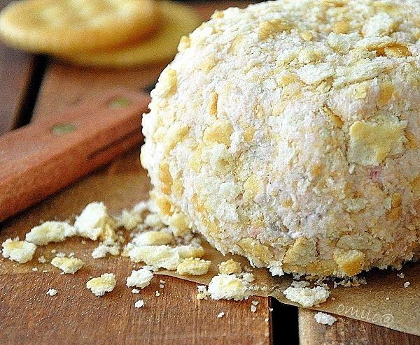 Сырный шар с моллюсками  230 гр сливочного сыра (Филадельфия),  100-200 гр консервированных моллюсок (clams), мелко порезанных 20 гр соуса «Хрен», количество по вкусу 2 ст.л. измельченной зелени петрушки ½ ч.л. приправы Old Bay Seasoning Сахар, молотый черный перец, по вкусу 60 гр крекеров, измельченных Крекеры, подсушенный хлеб, для подачи