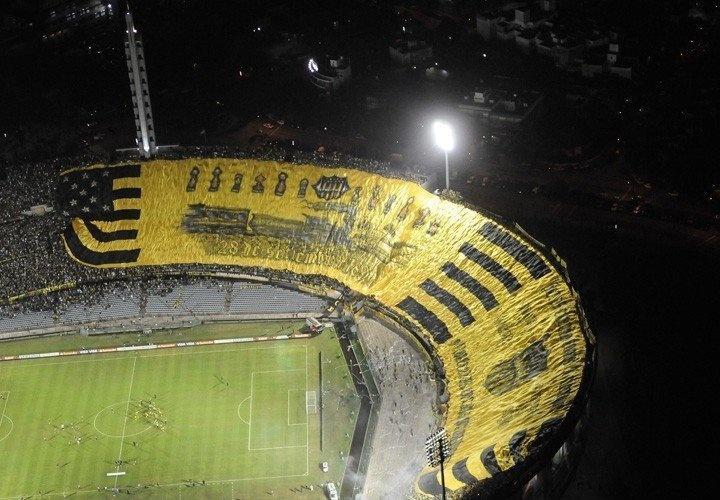 La bandera más grande de la hinchada más grande. PEÑAROL Peñarol Peñarol, tu nombre brilla igual que el sol!!!