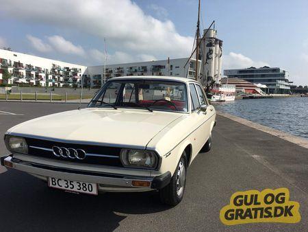 Audi 100 (C1) 1976, modelårg. 1976, benzin, Audi 100L, 4 døre, Jeg går lidt med tanken om at sælge min gamle Audi inden jeg får den opmagasineret vinteren over. Ny vandpumpe, Nyt batteri, olie, olie filter, benzin filter, luft filter, tændrør, vandpumpe, tandrem, kilerem. Har lige fået justeret og strammet bremser.  Defekter: Blinker arm kan ikke holde sig selv ved højre blink.  Venstre baglygte flækket.  Speedometer sidder fast på 40kmt. Trip og km tæller virker fint.  Den har lidt…
