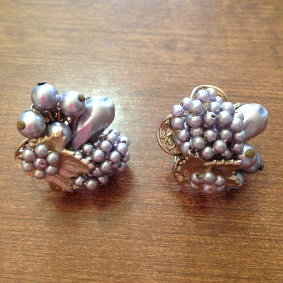 Ces boucles doreilles sont fabriqués dans le style de Miriam Haskell et je soupçonne quils ont été fabriqués au Japon. Non signé.  Ces boucles doreilles belles et chics ont une feuille dor agrémentée de grappes de perles baroques lavande faux. Brins de lavande petite perles sont noués avec une grappe de ronde perles lavande encadrant une larme en forme de perle. Une feuille dor tonique est agrémentée dun fleuron de perles lavande. Les perles sont collés au fil et de la colle. Ces boucles…