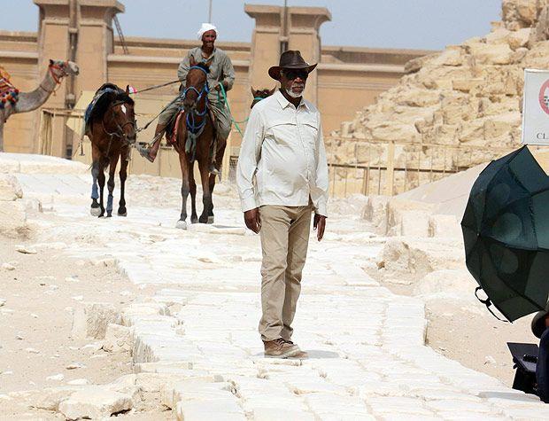 Morgan Freeman visita as pirâmides de Gizé, no Egito