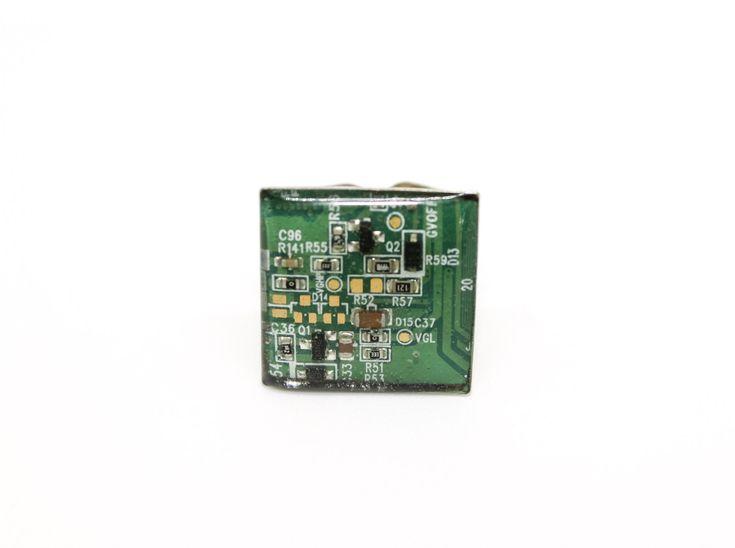 Sono felice di condividere l'ultimo arrivato nel mio negozio #etsy: Anello con scheda madre riciclata di computer / anello quadrato / anello verde / computer / gioielli geek / nerd / regalo per lei / http://etsy.me/2Hukhba