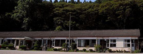 星ふる学校 くまの木  1935年に立てられた栃木県塩谷郡塩谷町にある旧熊ノ木小学校をリノベーションした宿泊施設です。  教室だった空間に全8室3タイプの宿泊室があります。地域の自然や文化を体験できるプログラムが充実しており、天体教室からホタルかごづくり、味噌作りまで楽しめます。