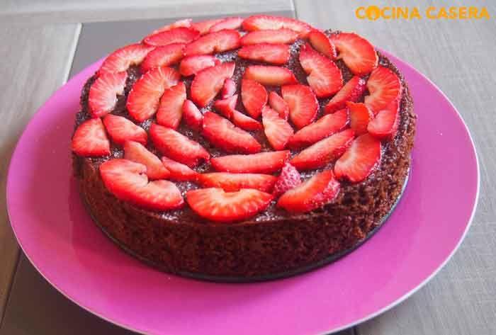 Bizcocho de chocolate con fresas