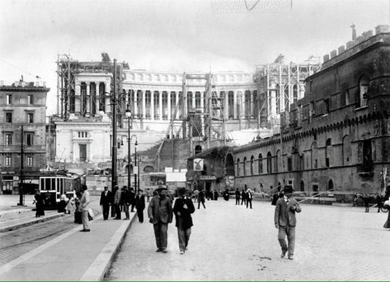 Piazza Venezia con il Vittoriano in costruzione Anno: fine '800