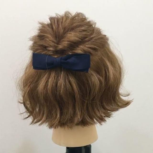 過去pic★ フォロワーさんリクエスト★ ショートボブアレンジ✨ 1,トップを写真のように取ります 2,くるりんぱします 3,1番の下の髪をとって写真のように結びます(横の髪は届く所からで大丈夫です) 4,くるりんぱの要領で二回ねじります Fin,崩したら完成です 参考になれば嬉しいです^ ^ #ヘア#hair#ヘアスタイル#hairstyle#サロンモデル#サロンモデル撮影#サロンモデル募集#撮影#編み込み#三つ編み#フィッシュボーン#ロープ編み #アレンジ#SET#ヘアアレンジ#アレンジ動画#アレンジ解説#香川県#高松市#丸亀市#宇多津#美容室#美容院#美容師#emma