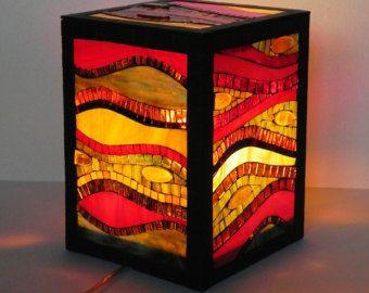 Mozaïek gerecht, gemaakt van hand gesneden glas stukken, glas, tegels en geglazuurde keramische tegels op bamboe schotel.  Afmetingen: diameter: ~ 36cm / ~ 14  hoogte: 10 cm / ~ 4  Hebt u vragen over dit object of een ander item in mijn winkel, please convo me.