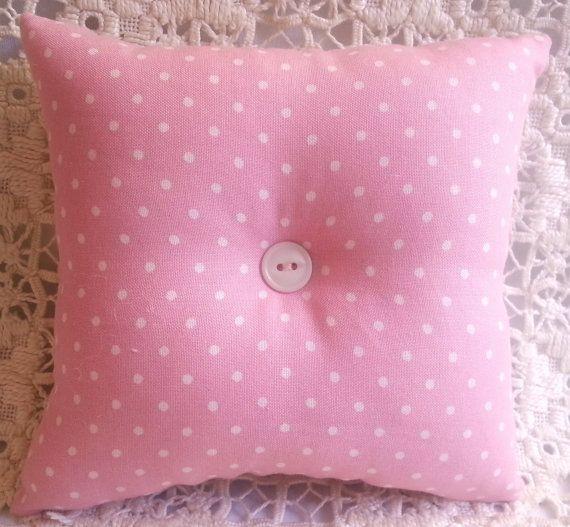 Ce coussin à épingles coussin style patchwork jolie est accentué avec un beau morceau de dentelle au crochet blanche et un joli bouton de rose que j'ai trouvé dans le bas de ma boîte à bouton. J'ai trouvé ce beau tissu dans un magasin local de courtepointe et absolument tombé en amour avec elle et utilisé pour créer ce coussin à épingles patchwork. Le dos est cousu de tissu rose à pois blancs... surtout parce que j'aime les petits pois et pense qu'ils ont l'air adorables avec tout! Le dos a…